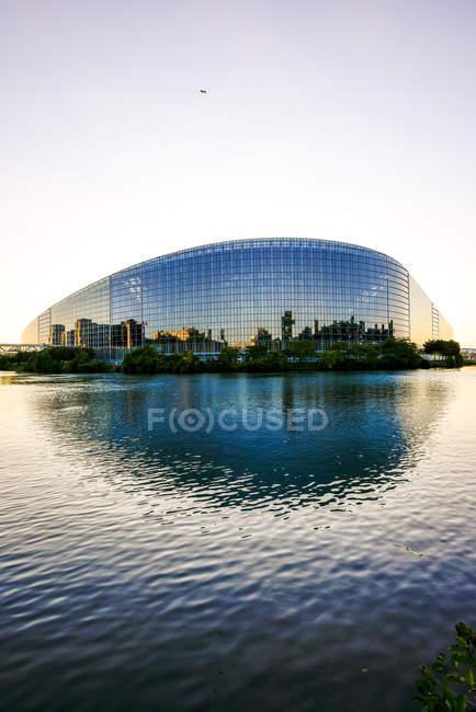 França, Estrasburgo, Ver-os ao Parlamento Europeu, com reflexo na fachada — Fotografia de Stock