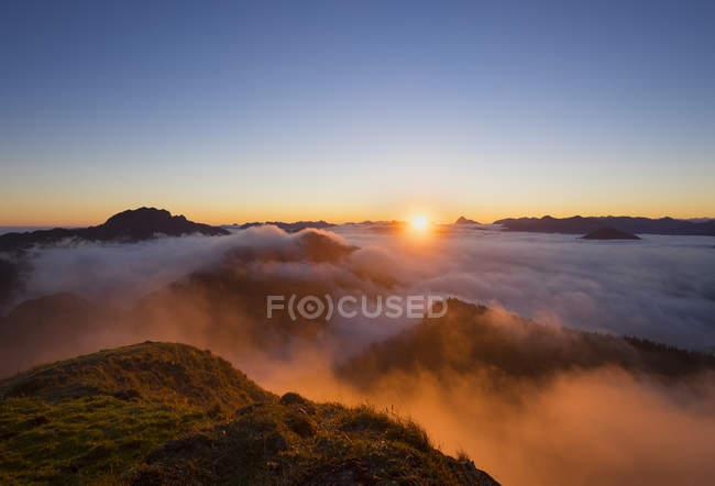 Alemanha, Bavaria, pré-Alpes da Baviera, pôr do sol na montanha Jochberg, humor de manhã — Fotografia de Stock