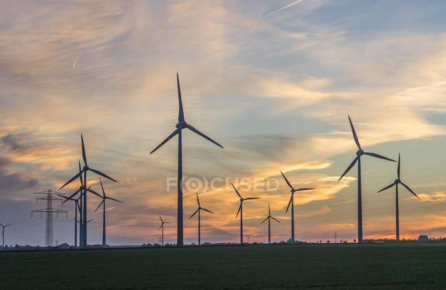 Ветер фермы вид на закате — стоковое фото