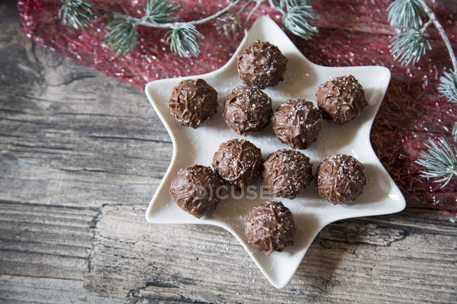 Star-shaped bowl with chocolate truffles — Stock Photo