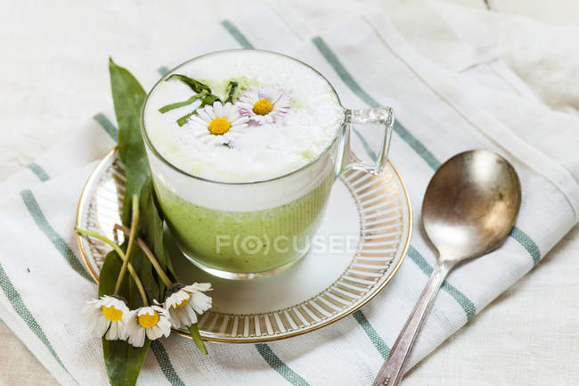 Closeup view of ramson soup with daisies in cup — Stock Photo