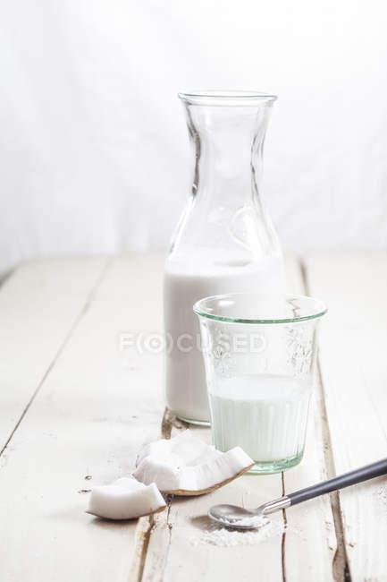 Detailansicht von Glas und Karaffe mit hausgemachten Kokosmilch — Stockfoto