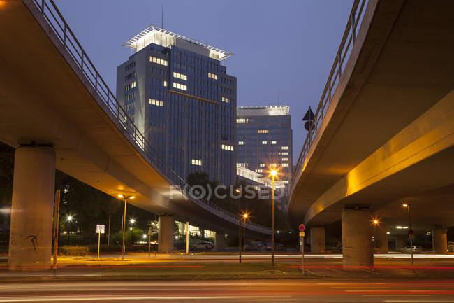 Deutschland, Nordrhein-Westfalen, Essen, Hauptsitz der Evonik Industries, Hochstraße am Abend — Stockfoto