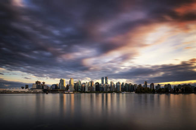 Vista al horizonte al atardecer desde Stanley Park, Vancouver, Canadá - foto de stock