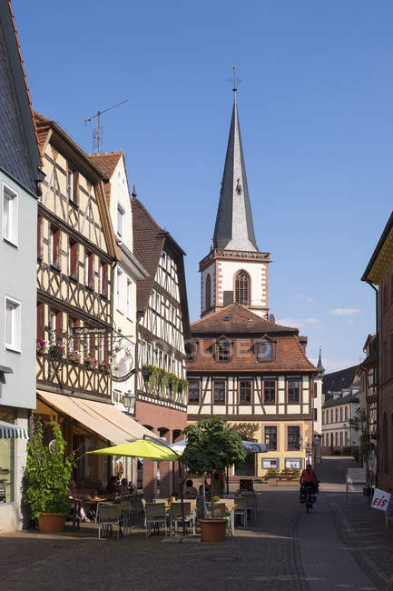 Germany, Bavaria, Lohr am Main, alley and St. Michael 's church view in sunlight — стоковое фото