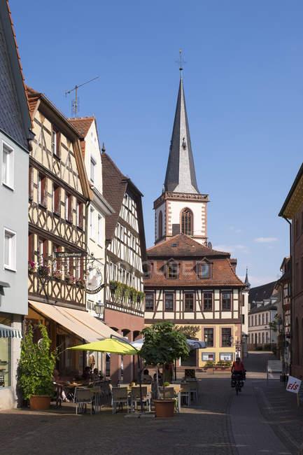 Deutschland, bayern, lohr am main, allee und st. michaels kirchenblick im sonnenlicht — Stockfoto