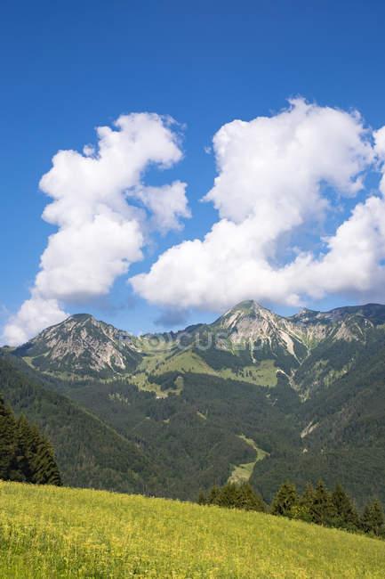 Germany, Bavaria, Chiemgau Alps, Breitenstein and Geigelstein as seen from Streichen — Stock Photo