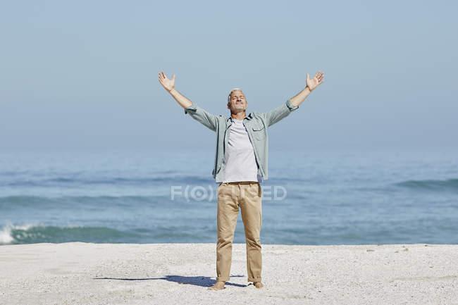 Relajado caucásico mejor hombre ager en la playa - foto de stock