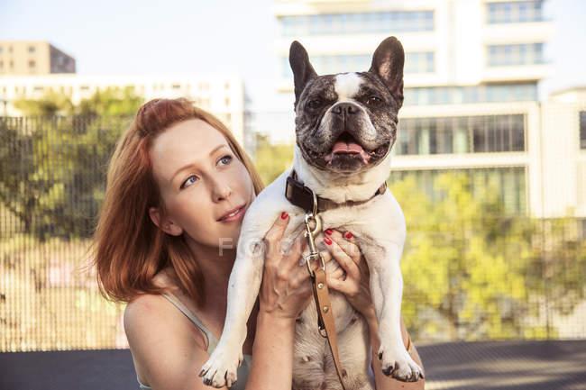 Рыжая женщина со своей собакой — стоковое фото
