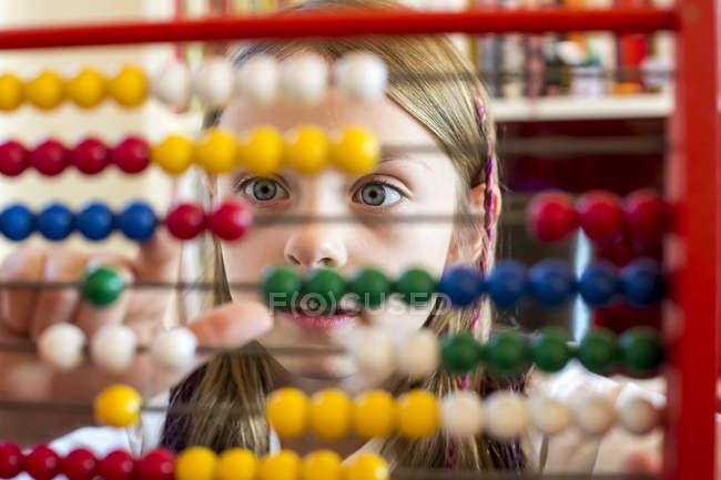 Portrait recadré de fille en utilisant abaque — Photo de stock