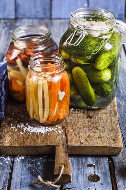 Fermentado de pepinos e cenouras em boiões — Fotografia de Stock
