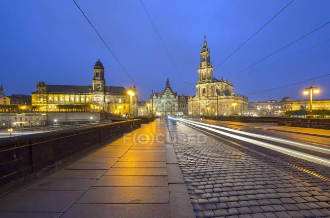 Германия, Дрезден, Огастес мост, освещенная видом на Старый город вечером — стоковое фото