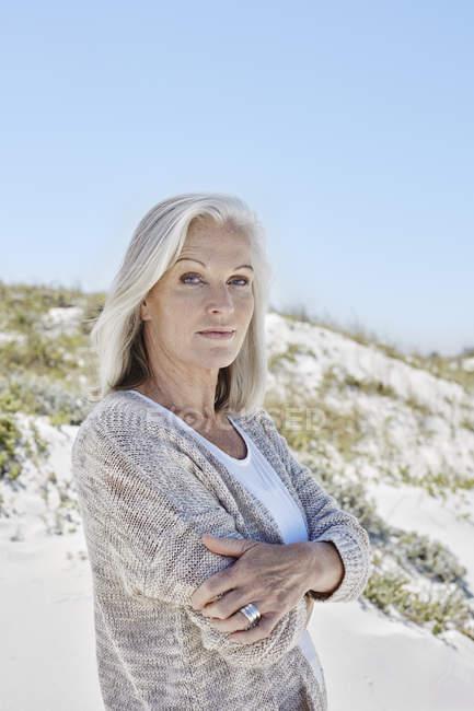 Mejor mujer ansiosa en la playa - foto de stock