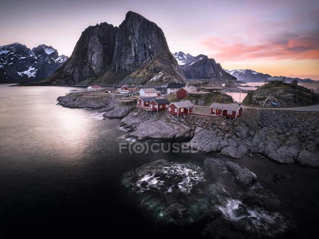 Norwegen, Lofoten, Hamnoy am Abend und Blick auf Felsen über Wasser — Stockfoto