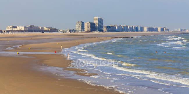 Бельгія, Фландрії, Ostende, Піщаний пляж з сучасною архітектурою на тлі — стокове фото