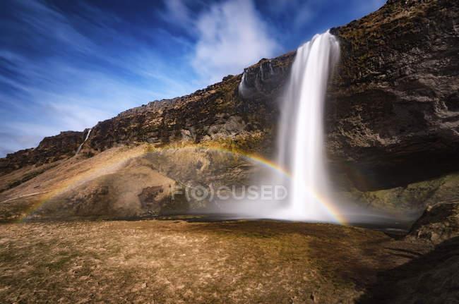 Arco-íris sobre seljalandsfoss vista cachoeira — Fotografia de Stock