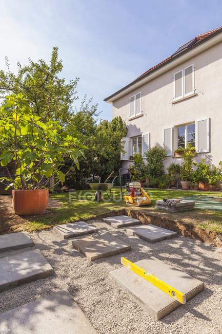 Fondazione per una casetta da giardino durante il giorno — Foto stock
