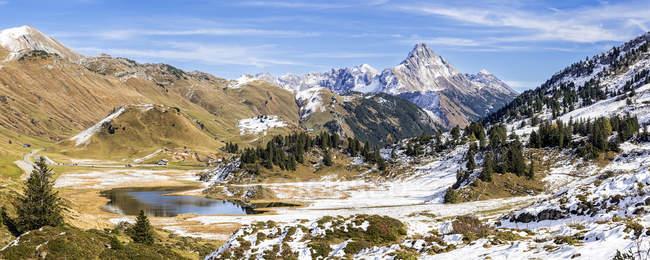 Austria, Arlberg, lago Kalbelesee y Biberkopf en otoño - foto de stock