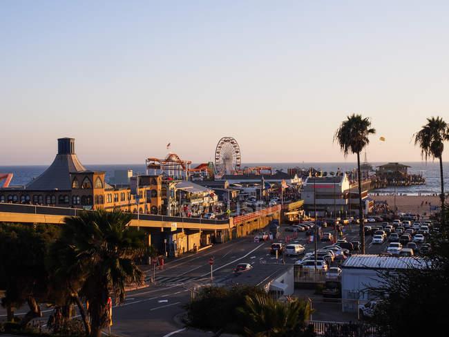 États-Unis, Los Angeles, Santa Monica Beach Pier et Pacific Park au coucher du soleil — Photo de stock