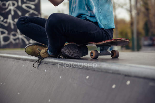Young woman sitting at skatepark — Stock Photo