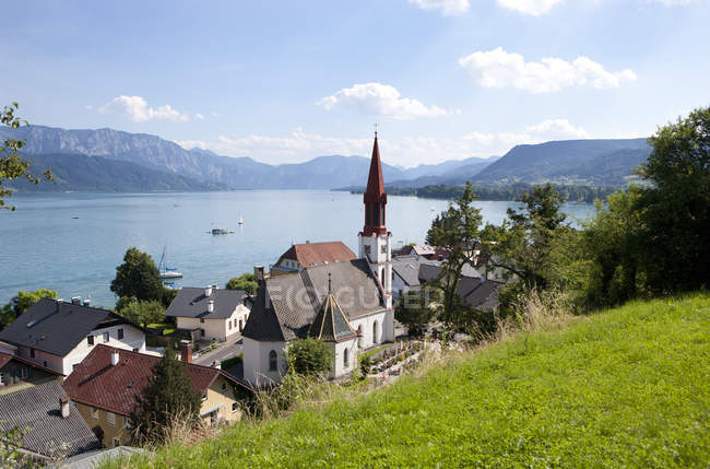 Austria, Upper Austria, view of Attersee at lakeside, mountains landscape on background — Stock Photo