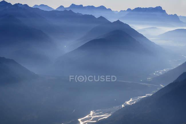 Германия, Бавария, река Изар и Альпы с горами Веттерштайн, Цугшпитце и Сойеншпитце — стоковое фото