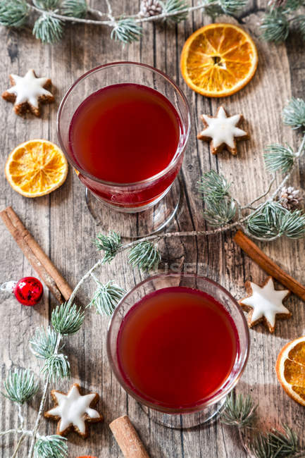 Two glasses of mulled wine at Christmas time — Stock Photo