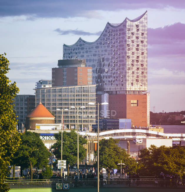 Deutschland, Hamburg, Elbphilharmonie, Blick auf moderne Gebäude der Innenstadt tagsüber — Stockfoto