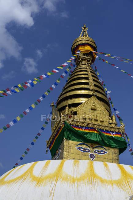 Nepal, Kathmandu, Bodnath, Stupa sanctuary with prayer flags — Stock Photo