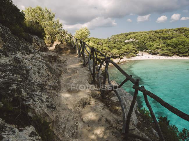 Spagna, Minorca, Ciutadella de Menorca, Percorso in pietra sulla spiaggia di Macarella — Foto stock