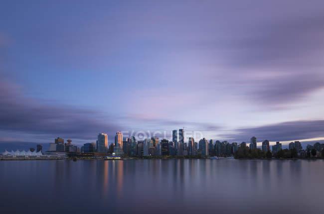 Canadá, Vancouver, vista al horizonte al atardecer desde Stanley Park - foto de stock
