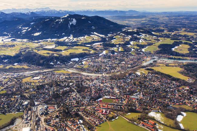Германия, Бавария, вид с воздуха на Исарвинкель, реку Изар, Бад-Тоэльц, Цугшпитце и Альпы — стоковое фото