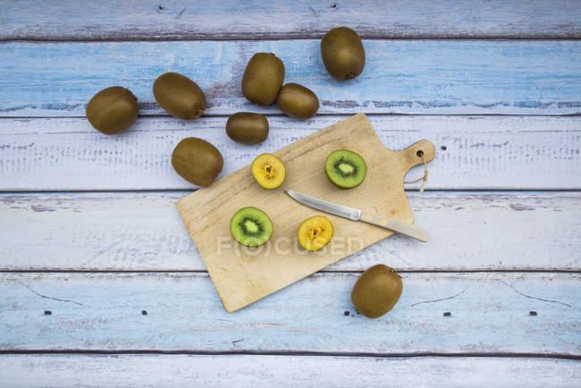Kiwis verdes e dourados — Fotografia de Stock