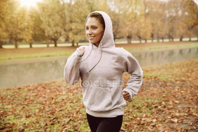 Frau im Park Joggen im Herbst — Stockfoto