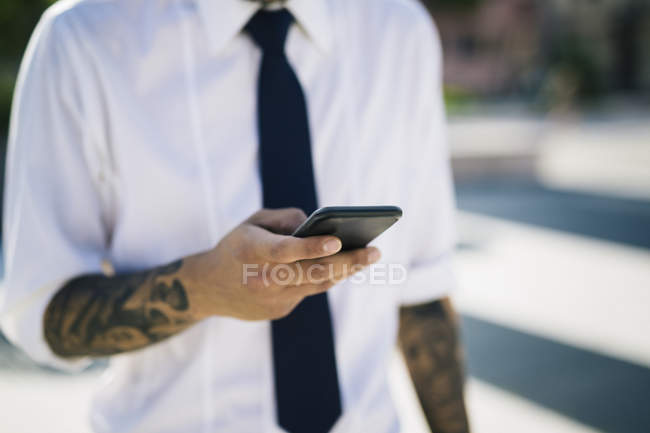 Man's hand holding smartphone — Stock Photo