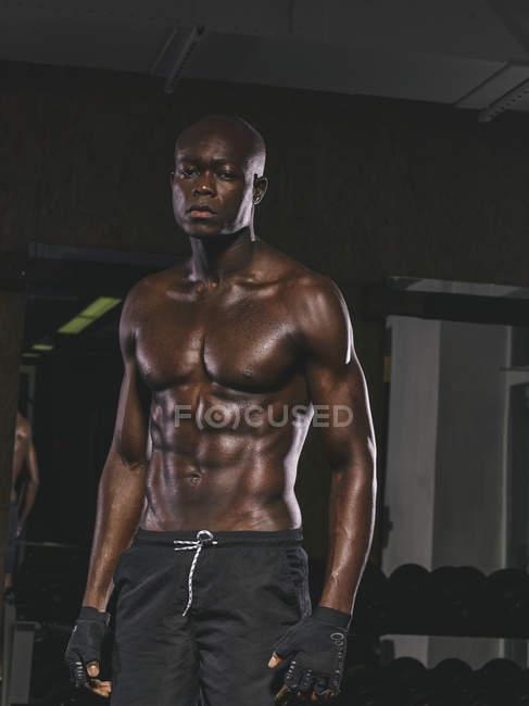 Nackter Oberkörper physischen Sportler stehen im Fitnessraum — Stockfoto