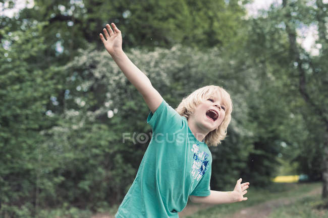 Small boy playing outdoors — Stock Photo