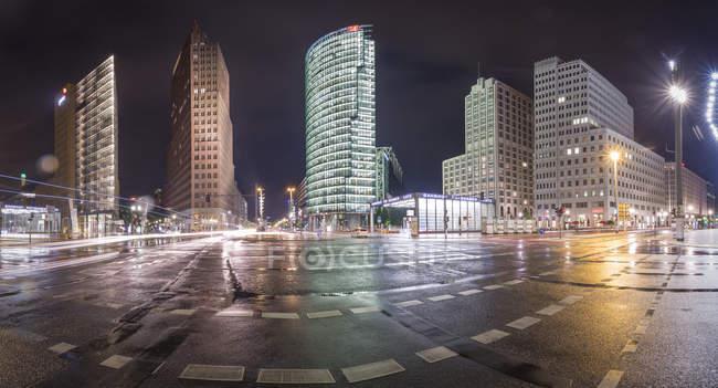 Germania, Berlino, Veduta panoramica di Potsdamer Platz durante una notte piovosa — Foto stock