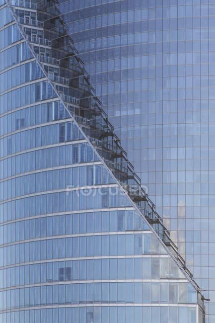 Lettonie, Riga, Façade du bâtiment moderne de grande hauteur — Photo de stock