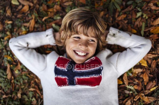 Портрет улыбающегося блондина в свитере с норвежским флагом — стоковое фото