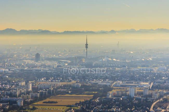 Deutschland, Bayern, München, Stadtbild mit Alpen im Hintergrund — Stockfoto
