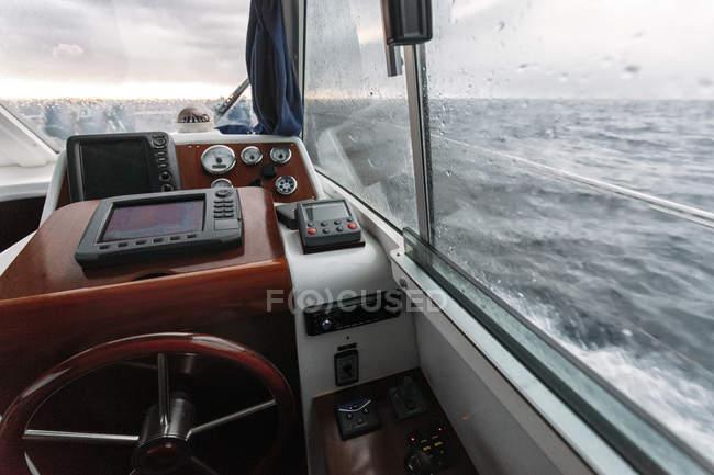 Volant et système de navigation sur bateau de pêche, Asturias, Espagne — Photo de stock