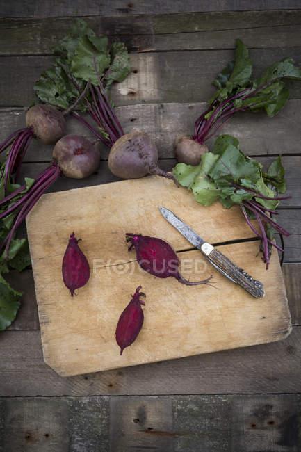 Affettato barbabietola bio sul tagliere — Foto stock