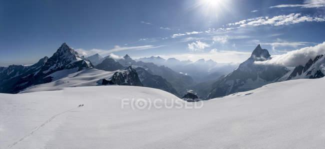 Switzerlalnd, альпіністи відправитися в гори Маттерхорн і Wandfluehorn — стокове фото