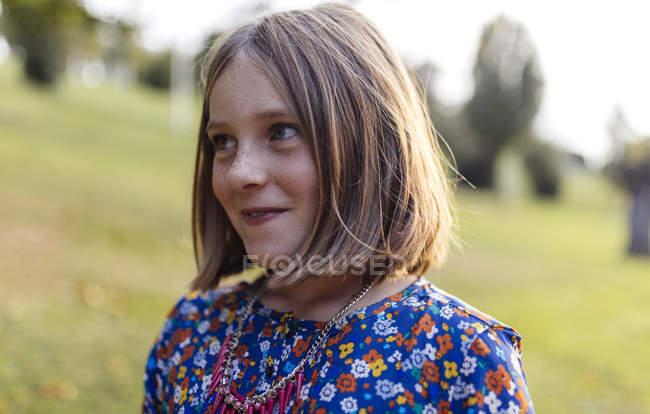 Портрет посміхаючись білява дівчина дивиться вбік — стокове фото
