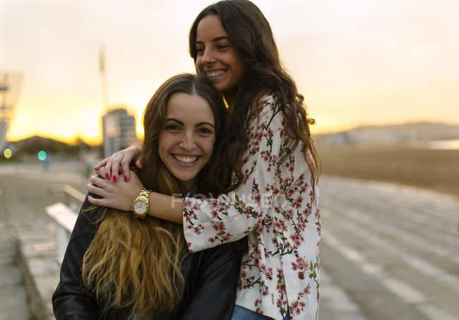 Deux amis heureux s'amuser ensemble — Photo de stock