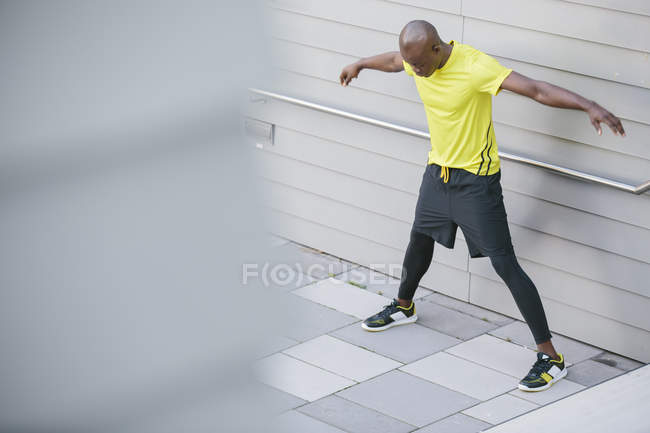 Athlete practicing after running in front of wall — Stock Photo