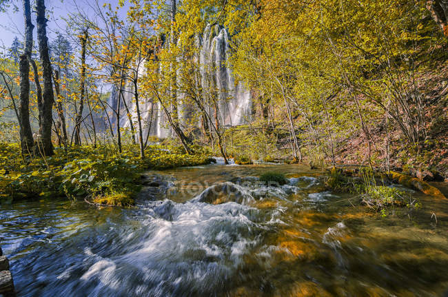 Croatia, Plitvice Lakes National Park, Waterfall and lake — Stock Photo