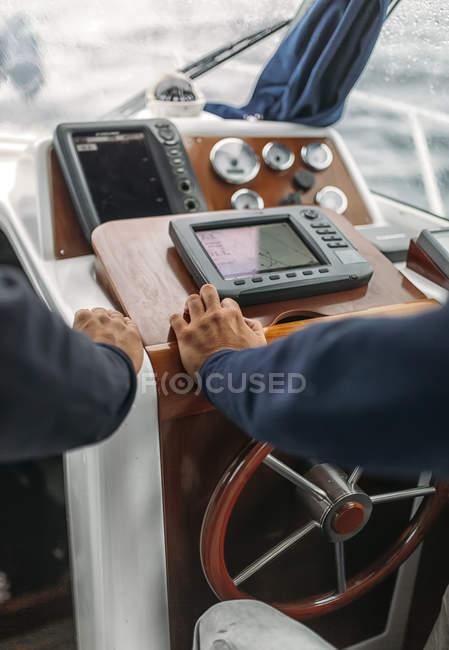 Vista recortada del barco de dirección de los pescadores - foto de stock