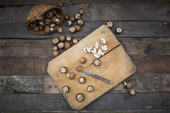 Кріміні грибів на Розробні рада — стокове фото